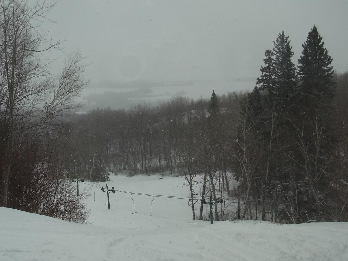 kleiner Ski und Snowboardhügel in der Nähe